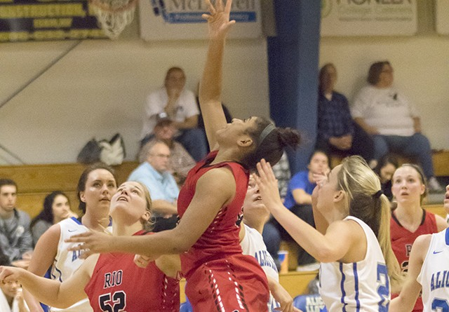 Players watch the flight of a shot by Rio's Jaida Carter during Tuesday night's 77-76 loss at Alice Lloyd